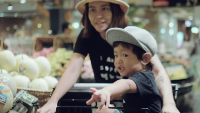 アジアの母と子の食料品の買い物。 - 買う点の映像素材/bロール