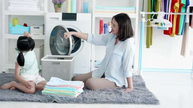 asian mother and daughter use washing machine - 家電製品点の映像素材/bロール