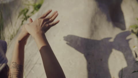 アジアの母と息子の庭の壁に影を演奏します。 - 影のみ点の映像素材/bロール