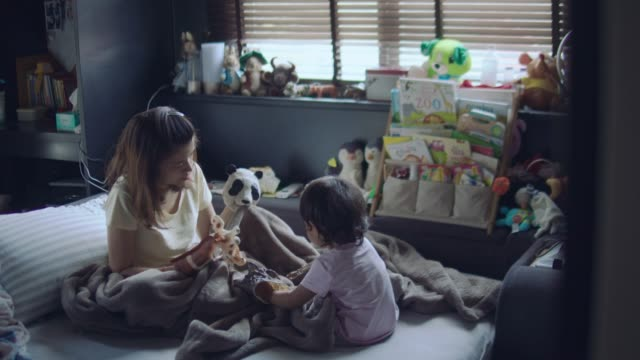vídeos de stock e filmes b-roll de asian mother and son playing toys - marionete