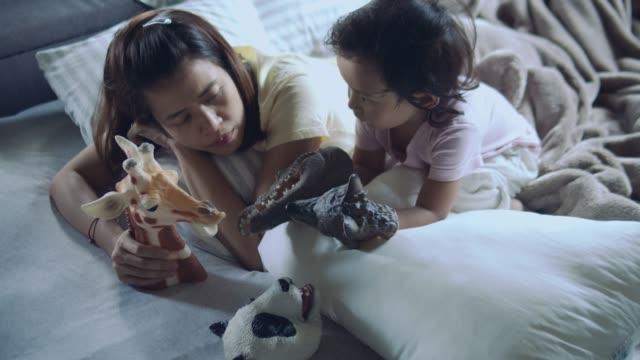 asiatische mutter und sohn spielen spielzeug - menschlicher finger stock-videos und b-roll-filmmaterial