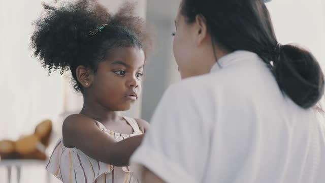 vídeos y material grabado en eventos de stock de madre asiática consolando a su hija de raza mixta - 4 5 años