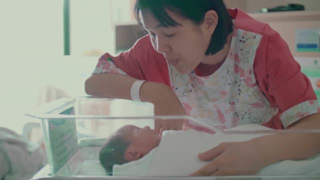 vídeos y material grabado en eventos de stock de madre asiática consolando a su bebé recién nacido(0-1 meses) - 0 1 mes