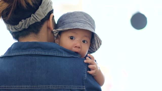 vídeos de stock, filmes e b-roll de bebê de exploração mãe asiática (4-6 meses) - jaqueta