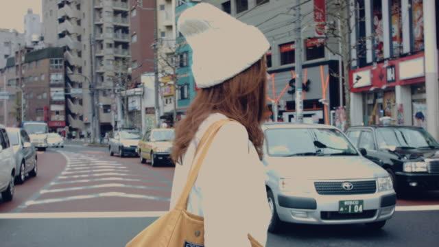 vídeos de stock, filmes e b-roll de asiática mãe segurando andando na rua. - sinais de cruzamento