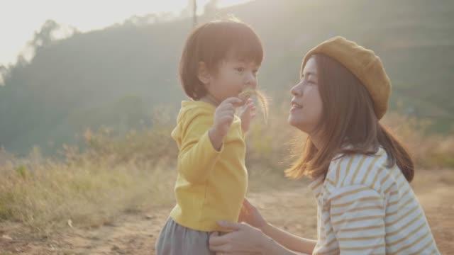 asiatische mutter küsst ihren kleinen jungen - erforschung stock-videos und b-roll-filmmaterial