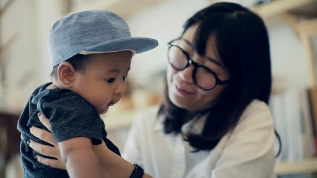 asiatische mutter mit baby (6-11 monate) spielen - 6 11 months stock-videos und b-roll-filmmaterial