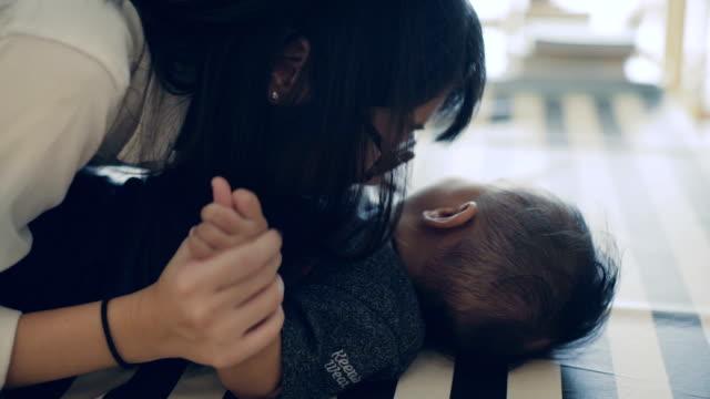 vídeos de stock e filmes b-roll de asian mother playing with baby boy (6-11 months) - 6 11 meses