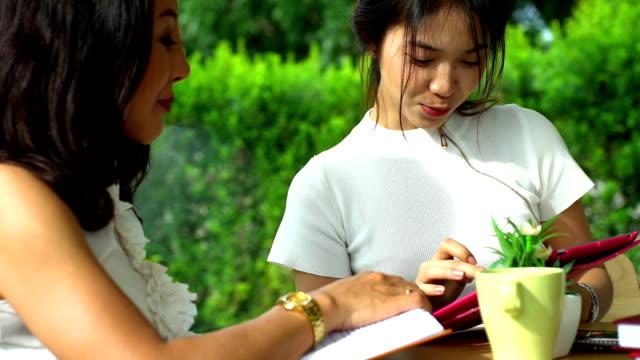 stockvideo's en b-roll-footage met aziatische moeder & teenage dochter ontspannen moment - sunny
