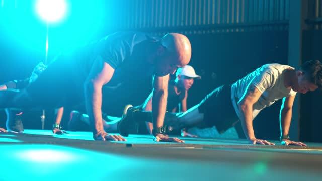 asiatische multi-ethik-athleten-team beim springen kniebeugen aufwärmen indoor-fitness-studio zusammen - lebensziel stock-videos und b-roll-filmmaterial