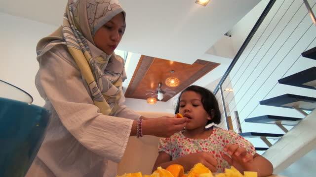 asiatische muslimische frauen, die zubereitung von speisen - ein tag im leben stock-videos und b-roll-filmmaterial