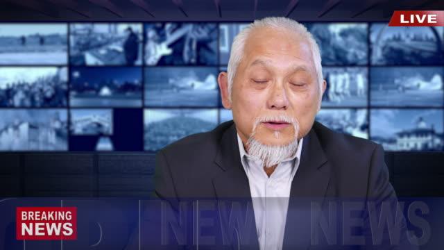 vidéos et rushes de 4k asiatique présentateur lisant les nouvelles de dernière heure - news not politics