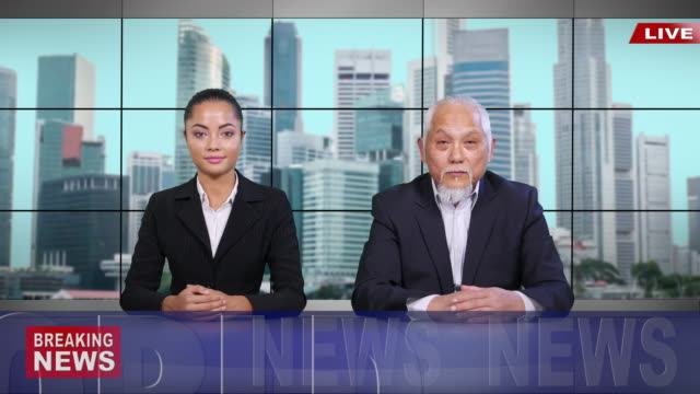 stockvideo's en b-roll-footage met aziatische omroeper 4k het brekende nieuws lezen - uitzenden
