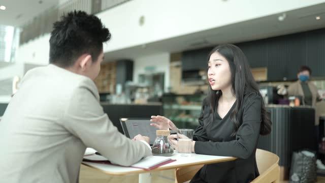 2 議論をしているオフィスのカフェテリアでコーヒーブレイクを取るアジアのオフィスホワイトカラー労働者 - white collar worker点の映像素材/bロール