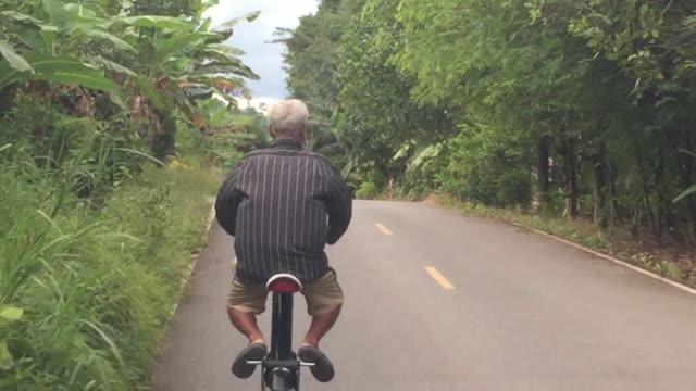 vídeos y material grabado en eventos de stock de viejo asiático en scooter eléctrico en la calle - ciclomotor vehículo de motor