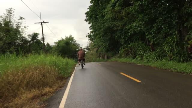 stockvideo's en b-roll-footage met aziatische oude man paardrijden scooter - scooter
