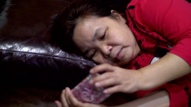 vídeos de stock, filmes e b-roll de mulheres asiáticas de idade usando a smart phone - 50 59 years
