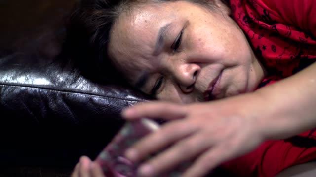 a を使用してアジアの古い女性のスマート フォン - 50 59 years点の映像素材/bロール