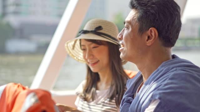 アジアや日本の touristor は、ボートでタイ寺院 (ワット・アルーン) を訪問します。 - tourist点の映像素材/bロール