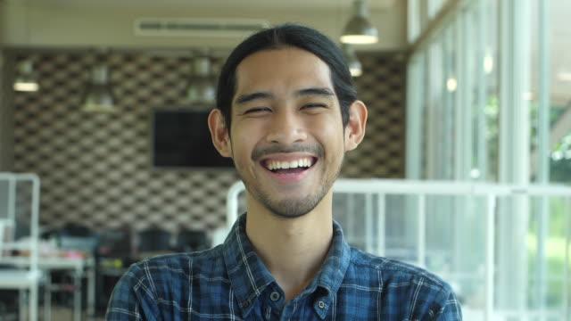 stockvideo's en b-roll-footage met aziatische eigenaar bedrijfs status en het glimlachen - looking at camera