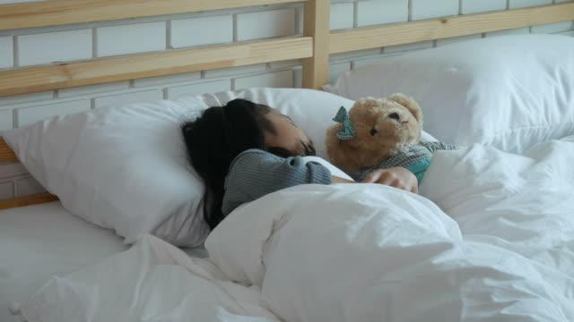 asiatisk tålmodiga tjej, vila på sängen - sjukdom bildbanksvideor och videomaterial från bakom kulisserna