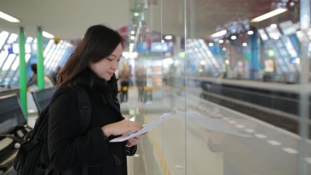 Aziatische mensen planning papier zoekt reizen