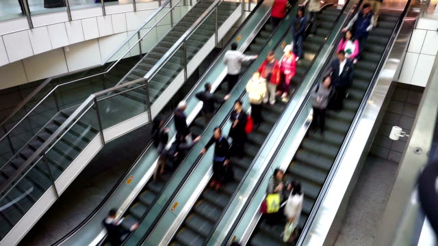 アジアの人々のショッピングモールエスカレーター、time lapse (低速度撮影) - エスカレーター点の映像素材/bロール