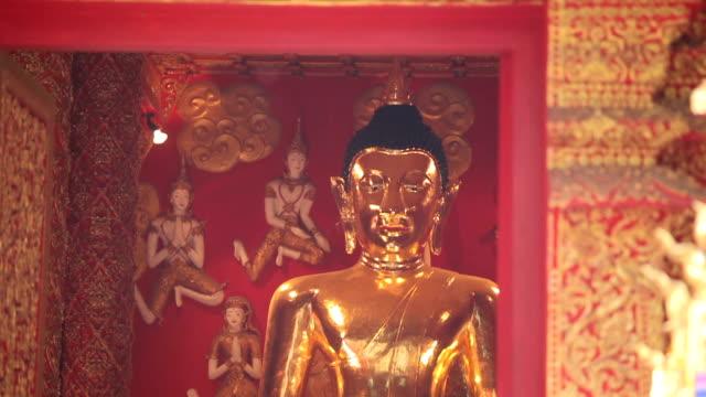 Aziatische mensen bidden met kaars licht met een tempel in wat phra dat lampang luang, Thailand