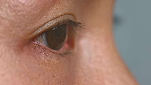 ecu asiatiska person öppna ögat och blinkar - profil sedd från sidan bildbanksvideor och videomaterial från bakom kulisserna