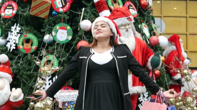 Asiatische schwanger, glückliche Zeiten in der Weihnachtszeit, ausgestreckten Armen