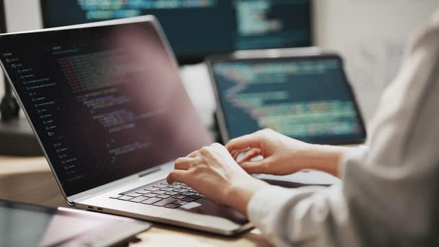asian programmer design ux architect consulta design engineer, lavora su applicazione mobile - design video stock e b–roll