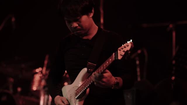 vidéos et rushes de groupe de rock asiatique jouant dans un festival de musique ou une salle de concert - rock moderne