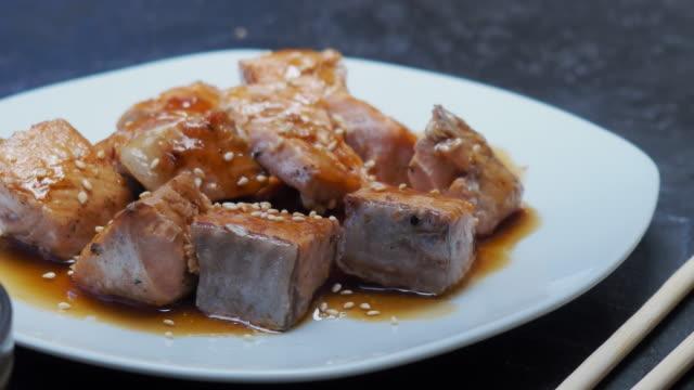 vídeos de stock, filmes e b-roll de salmão asiático e molho de soja - comida salgada