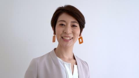 asiatische sekretärin spricht über den heutigen zeitplan zu webcam - drehort außerhalb der usa stock-videos und b-roll-filmmaterial