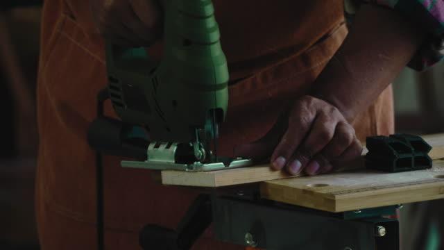 vídeos de stock e filmes b-roll de asian senior carpenter working - camisa com botões