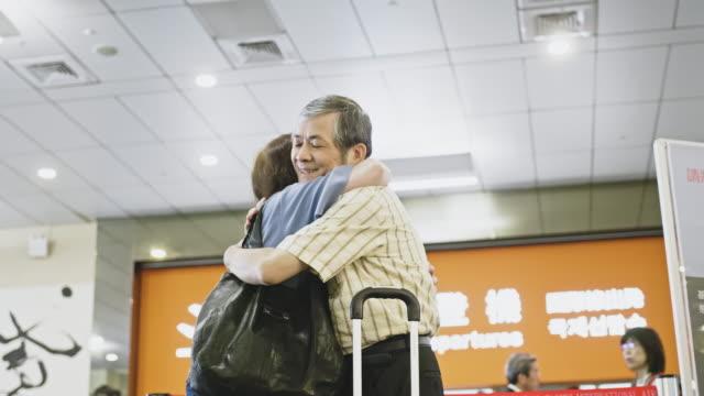 空港でさよならを言うアジアのシニアカップル - passenger点の映像素材/bロール