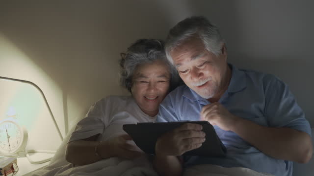 asian senior couple video call with their family, - simple living stock videos & royalty-free footage