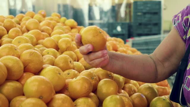 アジアのシニアの買い物 - オレンジ点の映像素材/bロール