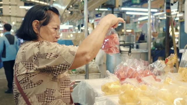 vídeos y material grabado en eventos de stock de compras de comestibles para personas mayores asiáticas - tradición