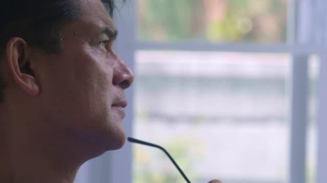 asiatiska senior man tittar bort - profil redigerat segment bildbanksvideor och videomaterial från bakom kulisserna