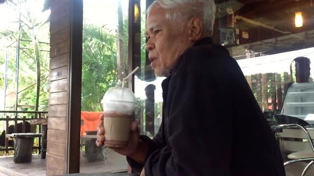 stockvideo's en b-roll-footage met aziatische senior mannen drinken ijs melkthee - men