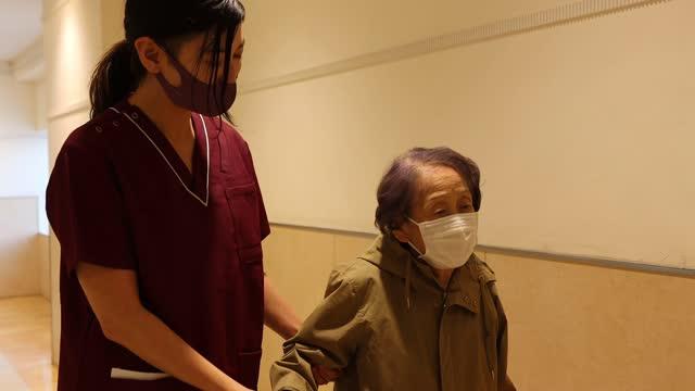 stockvideo's en b-roll-footage met aziatische hogere vrouw en vrouwelijke verpleegster bij het ziekenhuis - woongemeenschap ouderen