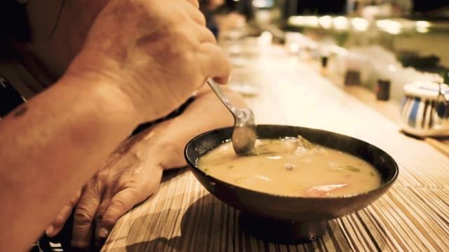 Senior Asiatin Japan Suppe Essen