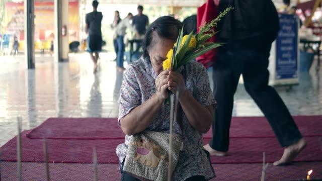 アジアシニア女性手照明香スティック - 懺悔点の映像素材/bロール