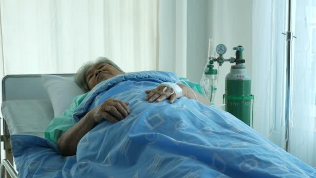 Aziatische senior vrouw patiënt, liggend op bed