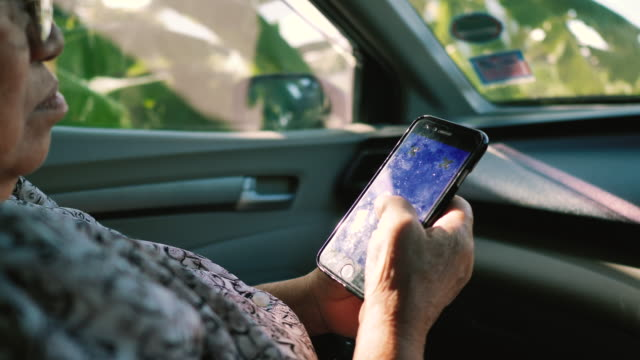 vídeos de stock e filmes b-roll de asian senior woman shopping online in car. - idoso na internet