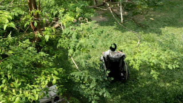 Asiatische senior Frau sitzt auf Ihr Rollstuhl