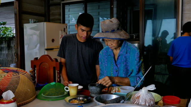 vídeos de stock e filmes b-roll de asian senior women and grandson was cooking in kitchen. - comida chinesa