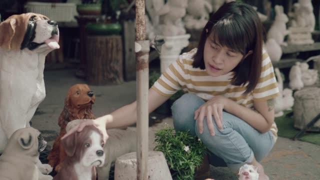 vidéos et rushes de asian shopping sur un marché aux puces - brocante