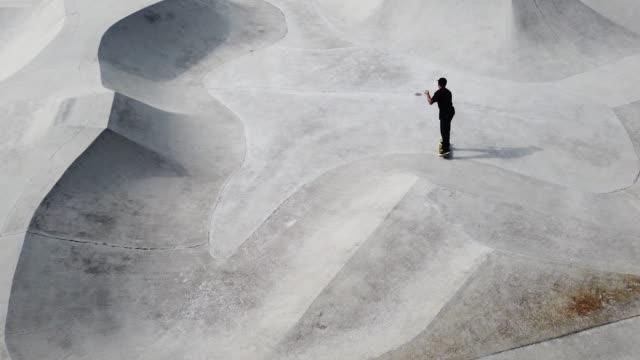 vídeos de stock, filmes e b-roll de skatista asiático em ação - termo esportivo